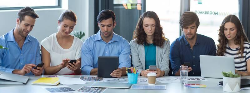 pessoas usando as redes sociais no trabalho