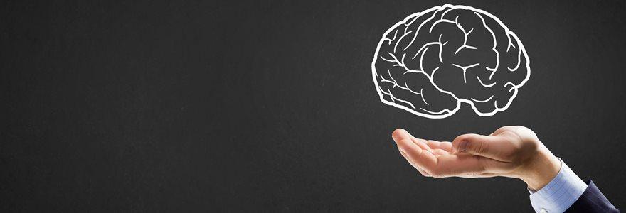 Homem segurando um cérebro