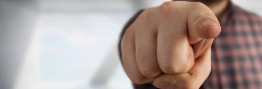 Homem apontando o dedo