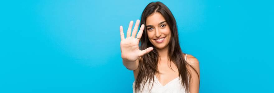 mulher sinalizando o número 5 com palma da mão