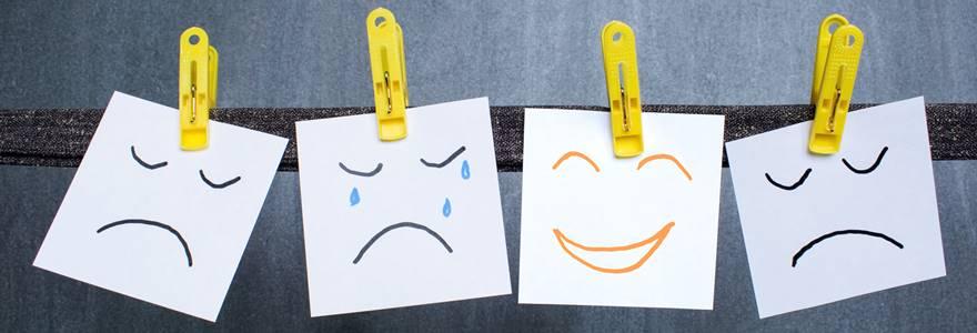papeis pendurados com o desenho de diferentes emoções