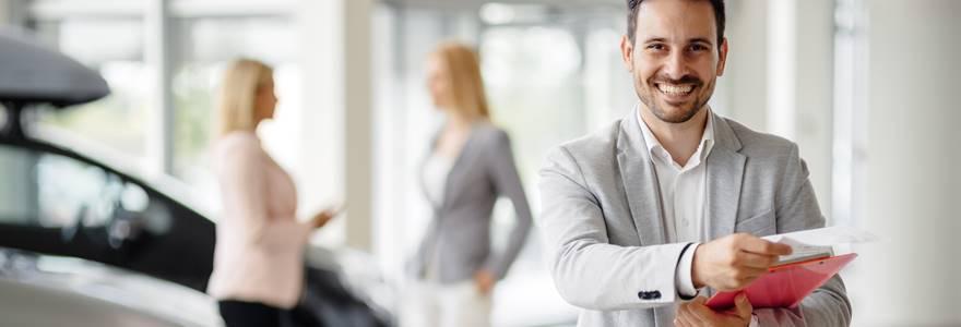 consultor de vendas sorrindo após concretização de um negócio