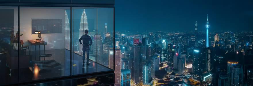 profissional olhando para a cidade do top de um prédio