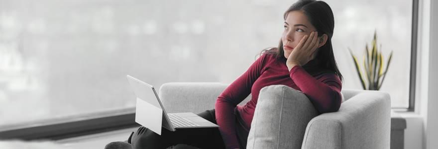 mulher distraída com notebook