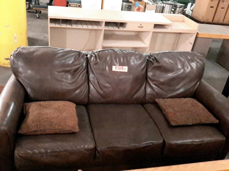 ibid lot 9309 leather couch w ottoman and matching pillows. Black Bedroom Furniture Sets. Home Design Ideas