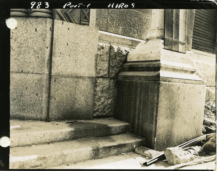 [Flash burns on steps of Sumitomo Bank Company, Hiroshima branch]