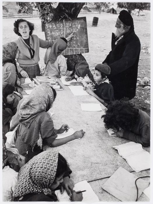 [Niños aprendiendo aritmética, campo de trabajo de Faradia, Israel]