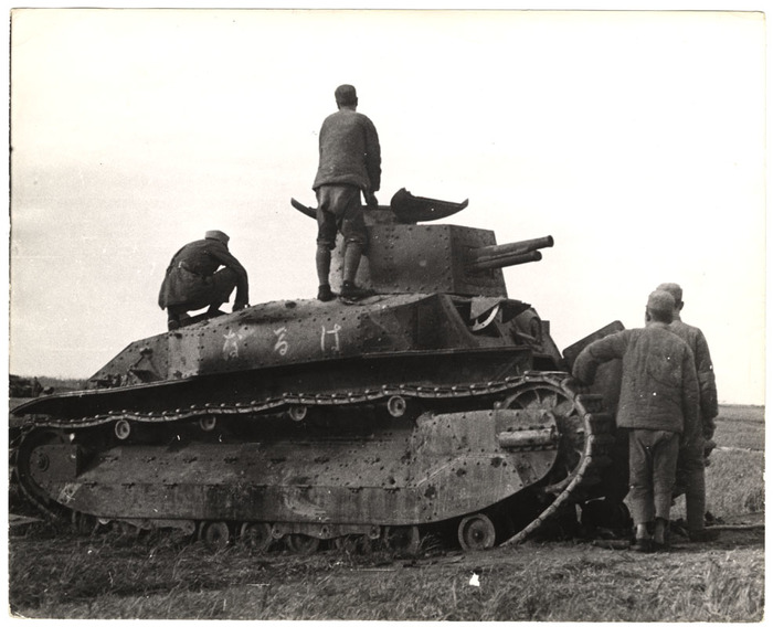[Soldiers with a captured Japanese tank, Tai'erzhuang, Xuzhou front, China]