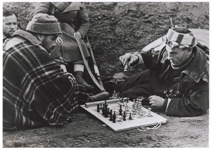 [Soldiers playing chess behind the Republican lines, Madrid]