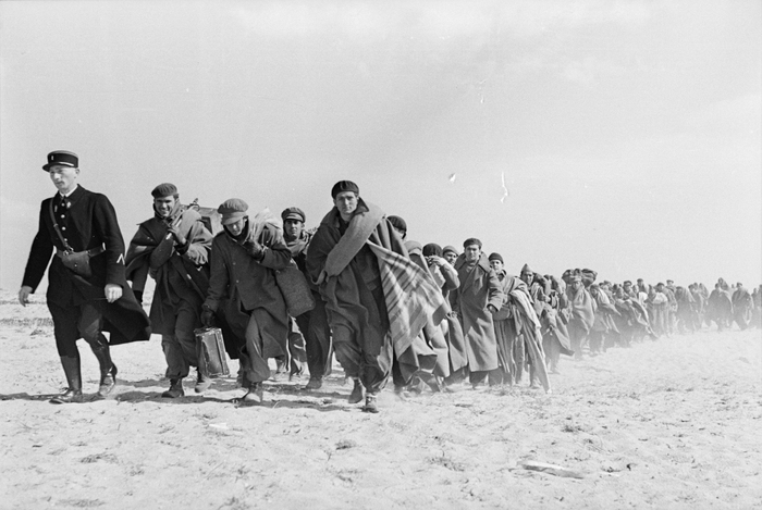 [Exiled Spanish Republicans being transferred from one area of the internment camp to another part one mile down the beach, Le Barcarès, France]
