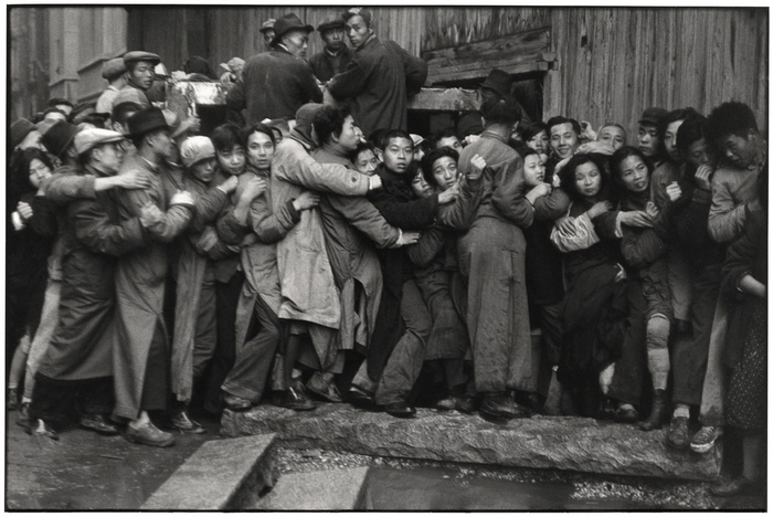 Sale of gold in the last days of the Kuomintang, Shanghai, China | International Center of Photography