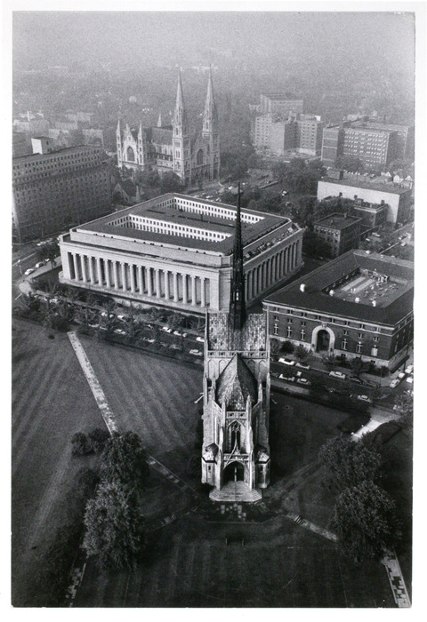 Square government building with columns between two cathedrals