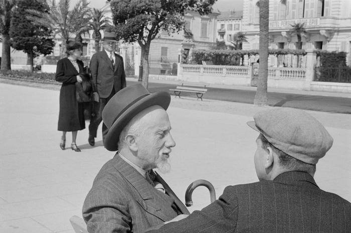 [Vishniac's father Solomon sitting on the Promenade des Anglais, Nice, France]