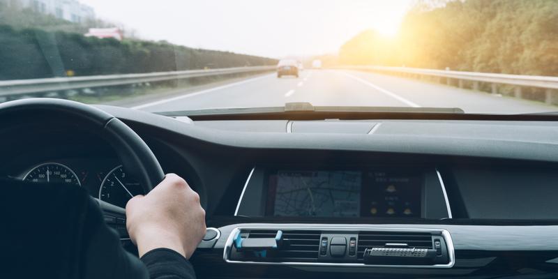 Distracciones al manejar que pueden provocar accidentes