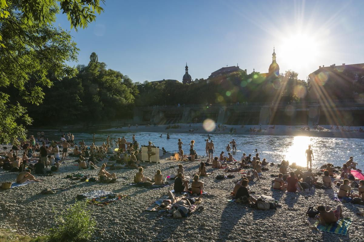 Beach of the Isar at sunset. Photo courtesy of DZT.