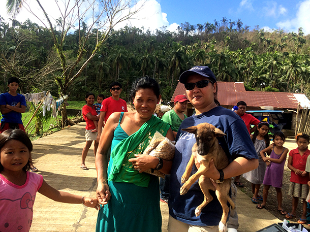 Der IFAW brachte nach Taifun Hagupit Hundefutter, Hilfsgüter für die Menschen un
