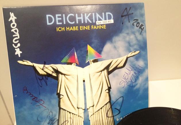 Deichkind versteigerte auf eBay unter anderem eine signierte Vinyl-Single.