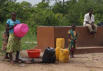 Die Menschen können jetzt auch außerhalb des Liwonde-Parks Wasser holen.