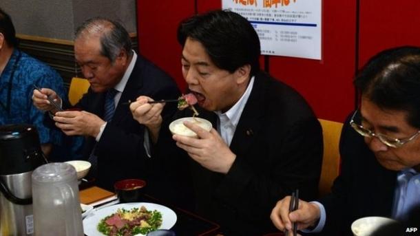 Yoshimasa Hayashi, Japans Landwirtschafs- und Fischereiminister isst Walfleisch.