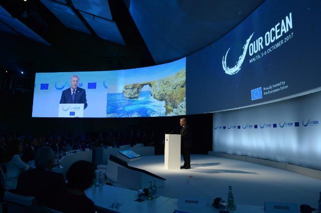 Karmenu Vella lors de l'ouverture de la conférence « Our Ocean », à Malte.