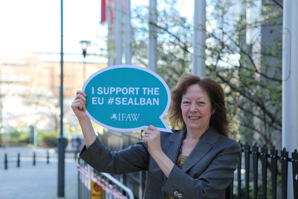 MEP Jill Evans (Greens/EFA) shows her support for animal welfare and the EU seal ban.