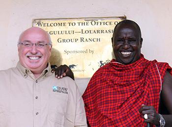 Azzedine Downes, amtierender Leiter des IFAW & Daniel Leturesh, Vorsitzender der an das Amboseli-Reservat angrenzenden Massai-Gruppenranch.