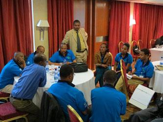 Ewnetu Bilata, Directeur général de l'EWCA, assiste aux discussions de groupe lors d'une journée de formation.