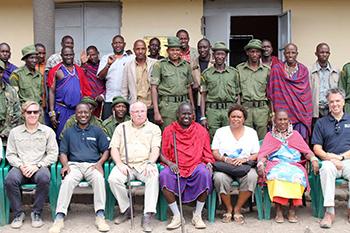 IFAW-Mitarbeiter, Vertreter der Maasai-Gruppenranch in Amboseli und Ranger