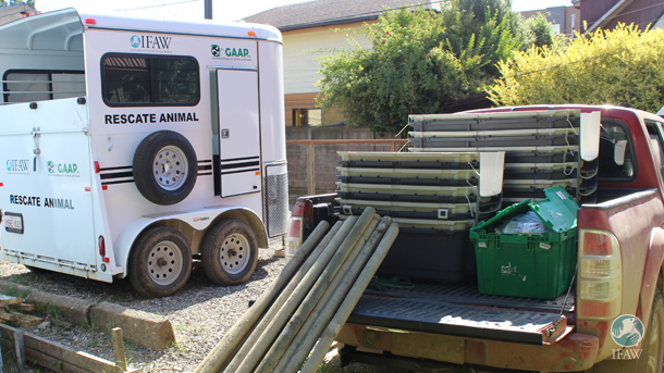 L'équipe d'IFAW-GAAP prépare une remorque de sauvetage, des équipements et du matériel médical pour les animaux rescapés des feux de forêts au Chili.