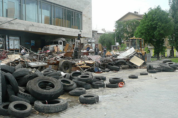Vostok Battalion members dismantling a Donetsk barricade yesterday