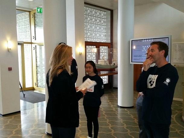 Vrijwilligers overhandigen handtekeningen aan de IJslandse minister van Visserij.