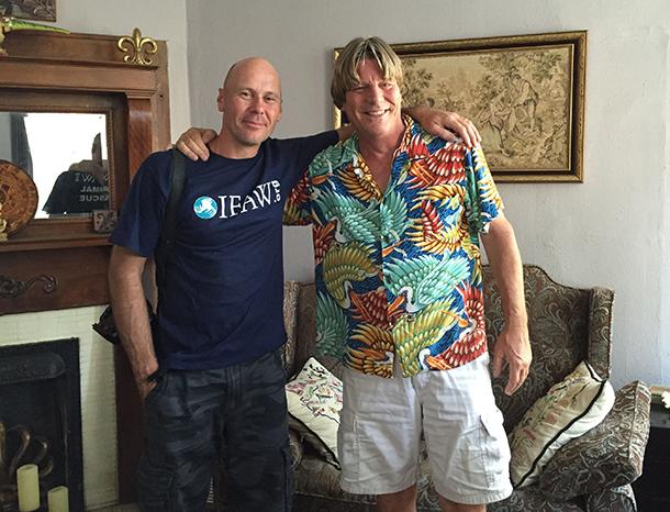Jim Parson mit dem Fotografen, der mithalf, das Schwein Rooty zu retten.