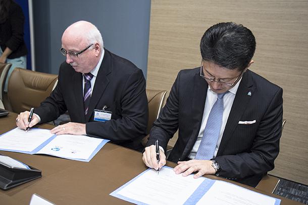 Azzedine Downes, president-directeur van het IFAW ondertekent een overeenkomst met Noboru Nakatani, algemeen directeur van IGCI (Interpol Global Complex for Innovation), voor een verdere uitbreiding van de toch al nauwe samenwerking van het IFAW met Interpol.