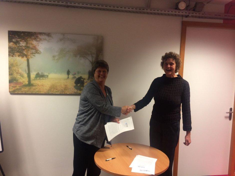 Arien van der Heijden (directeur IFAW Nederland, links) en Jolanda Vader (Manager Primair Proces Blijf Groep, rechts)