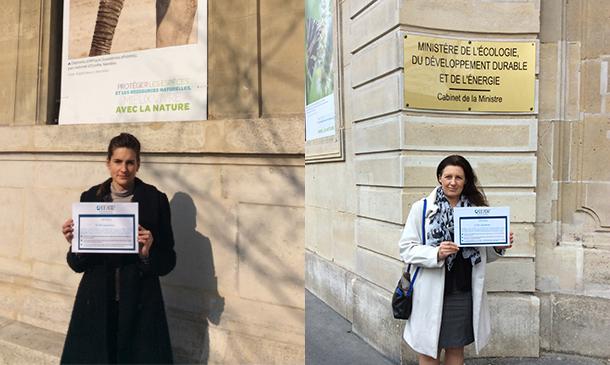 Pétition en main, la directrice d'IFAW France et Mia Crnojevic (chargée de campagne faune sauvage) à l'entrée du Ministère de l'Ecologie, du Développement durable et de l'Energie, devant le panneau valorisant l'éléphant comme richesse de notre planète.
