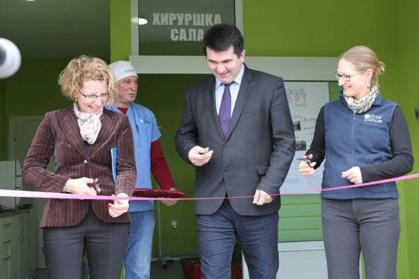 Von links nach rechts: Amela Cosovic-Medic, UNDP-Sicherheitsbeauftragte; Rado Savic, Bürgermeister von Lopare und Kate Atema, IFAW Programmdirektorin, bei der Eröffnung der Tierklinik in Lopare im März 2015. (Foto: UNDP)