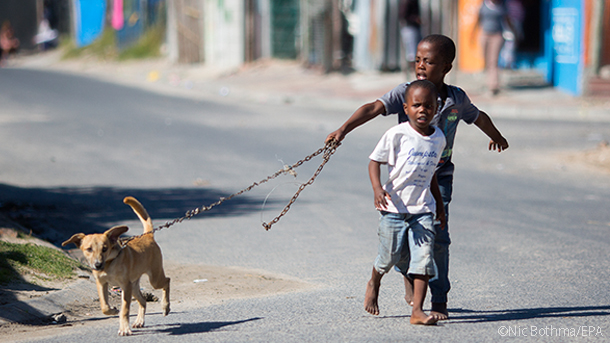 children running to the mobile animal clinic in mdzananda south africa