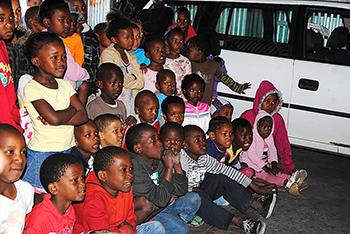 """Kinderen kijken aandachtig naar de voorstelling """"Een hondenleven"""" van de Jungle Theatre Co."""