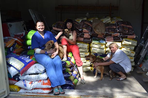 Einige der mutigen Ehrenamtlichen mit vom IFAW bereitgestellten Futtervorräten.