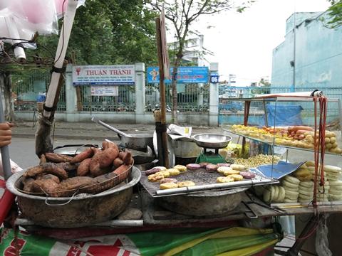 Hanoi, VN: Street food Vendors Ignore Food hygiene regulations