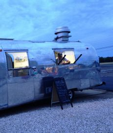 Noah's in Greenport operates a food truck that rolls between locations on the North Fork. At dusk on Friday, Aug. 1, 2014, it was at Greenport Harbor Brewing's new brewery in Peconic. (Credit: Newsday / Erica Marcus)