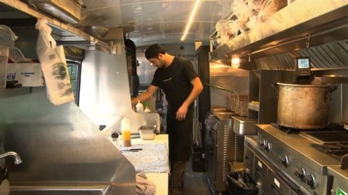 An online petition asking for food trucks to be legalized in Quebec  City has gathered more than 4,000 signatures. (Radio-Canada)
