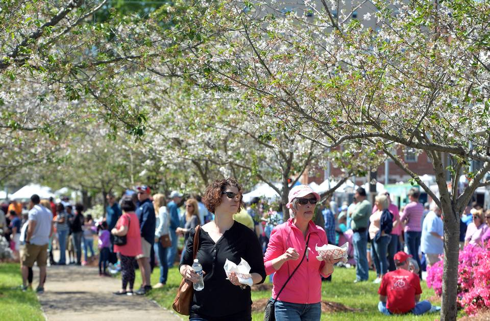 Macon, GA: Festivalgoers brave hour-long line for food-truck lobster