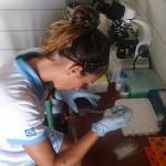 Daniela realizando o hemograma