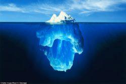 iceberg dentro da água