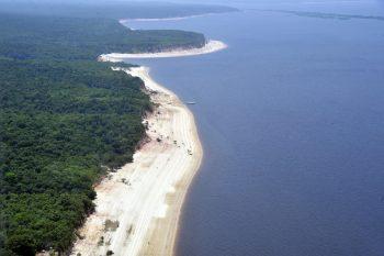 Vista aérea do rio Negro no estado do Amazonas