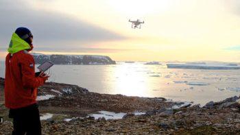Pesquisadora utilizando o drone