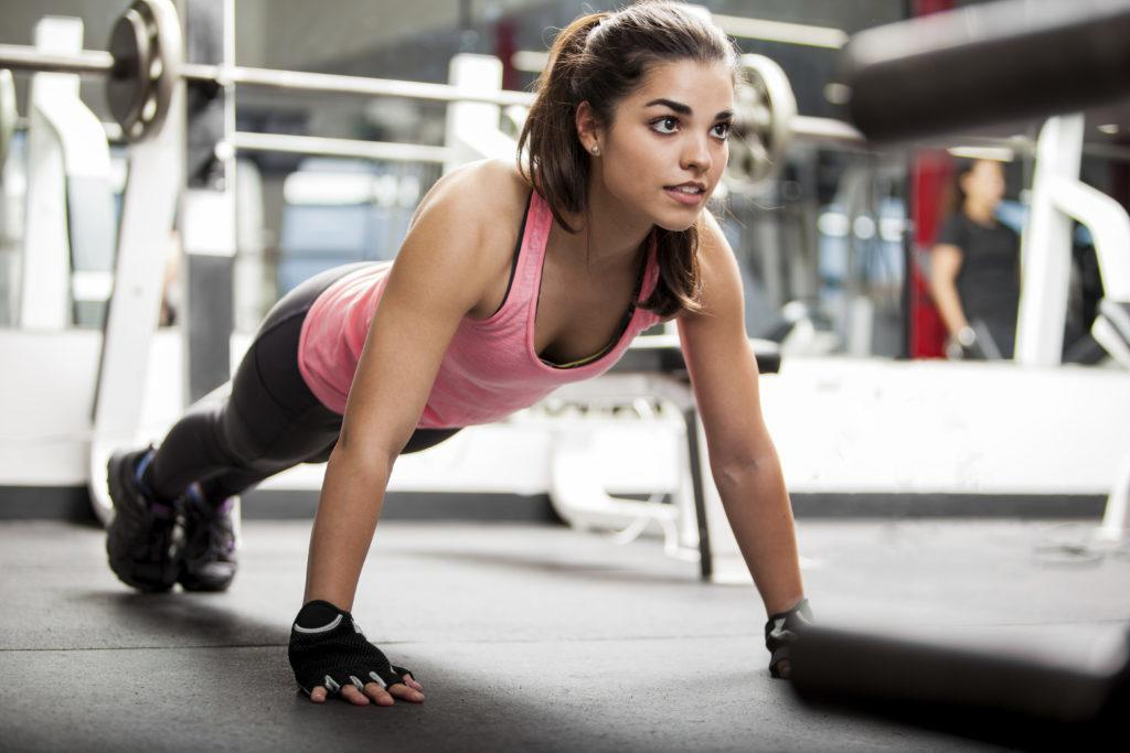 woman doing pushups at gym
