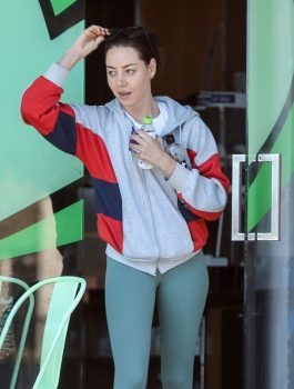 aubrey-plaza-out-with-her-dogs-in-los-angeles-08-22-2019-8