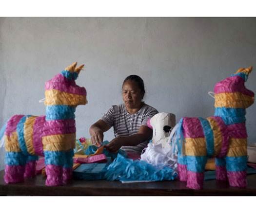 Reportaje: Indígenas purépechas entre piñatas y tradiciones en Rosarito